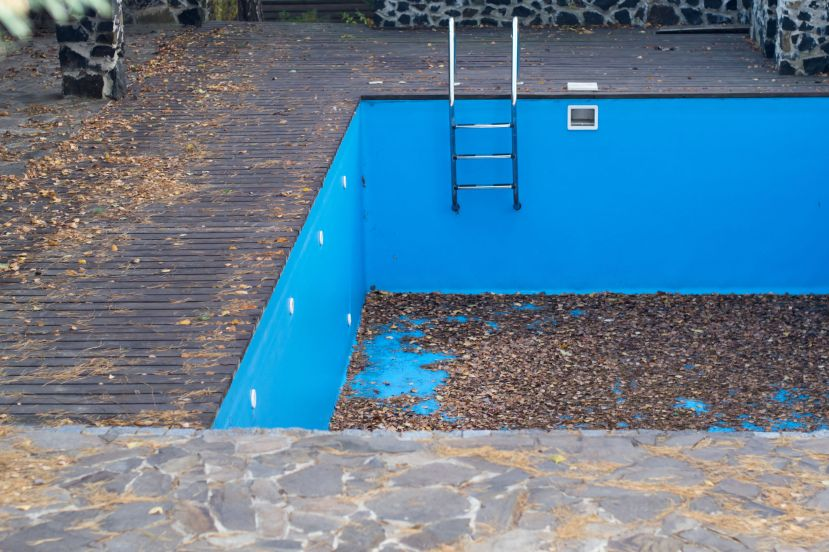 33699351 - autumn fallen leaves in an empty swimming pool